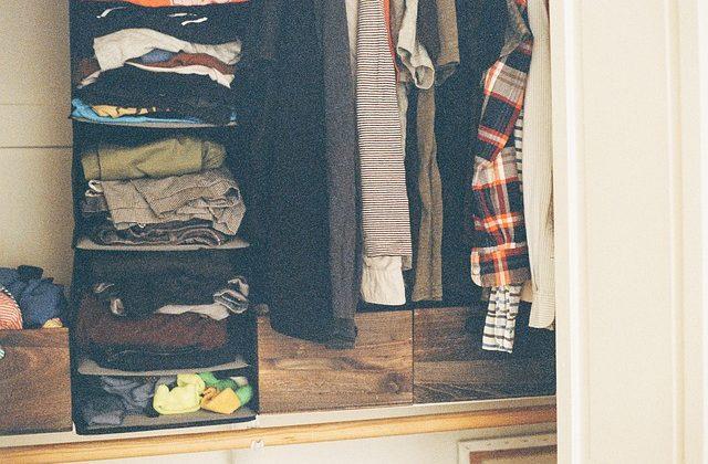 ropa para mudanza en armario